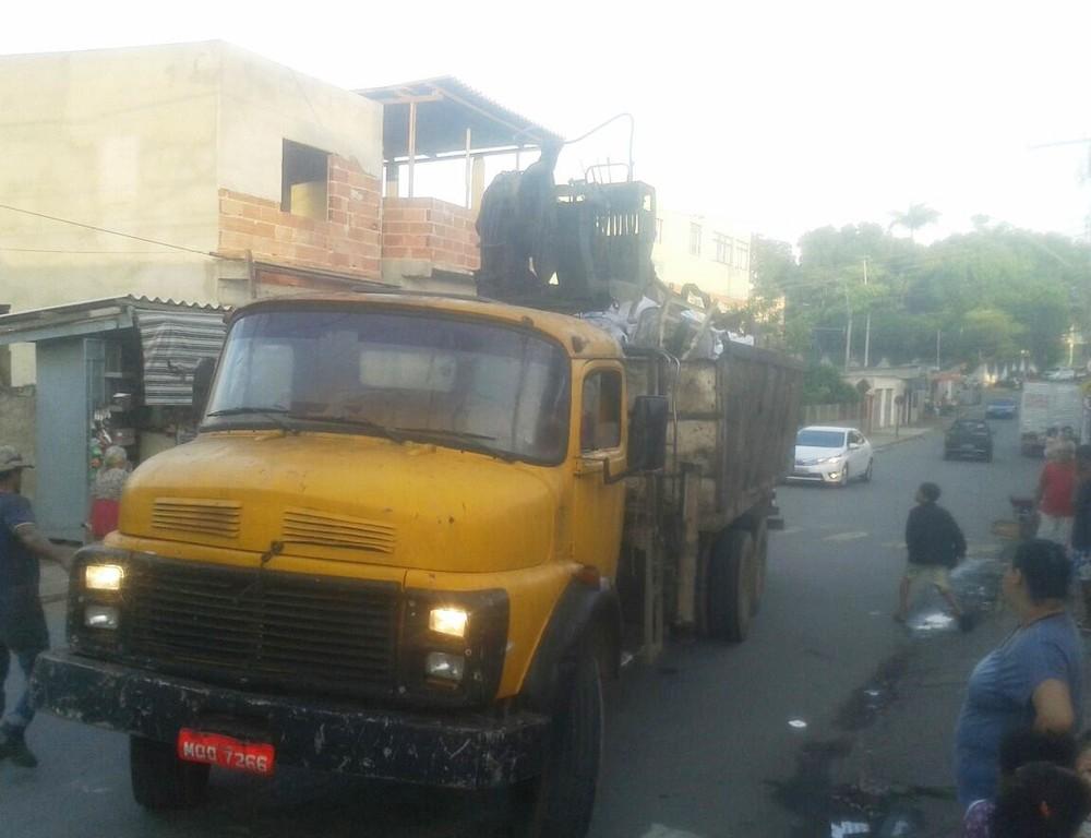 Caminhão levou livros de escola pública do Espírito Santo para descarte (Foto: Diosney Ramos/ VC no ESTV)