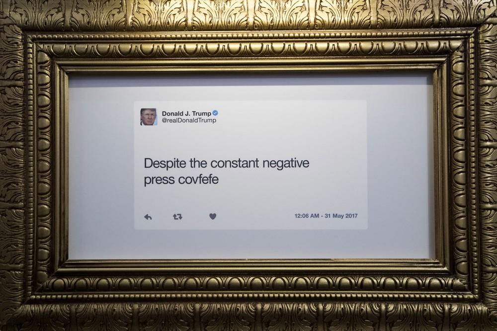 Tuíte que ficou famoso, no qual o presidente americano, Donald Trump, cometeu um erro de grafia (Foto: Drew Angerer/Getty Images North America/AFP)