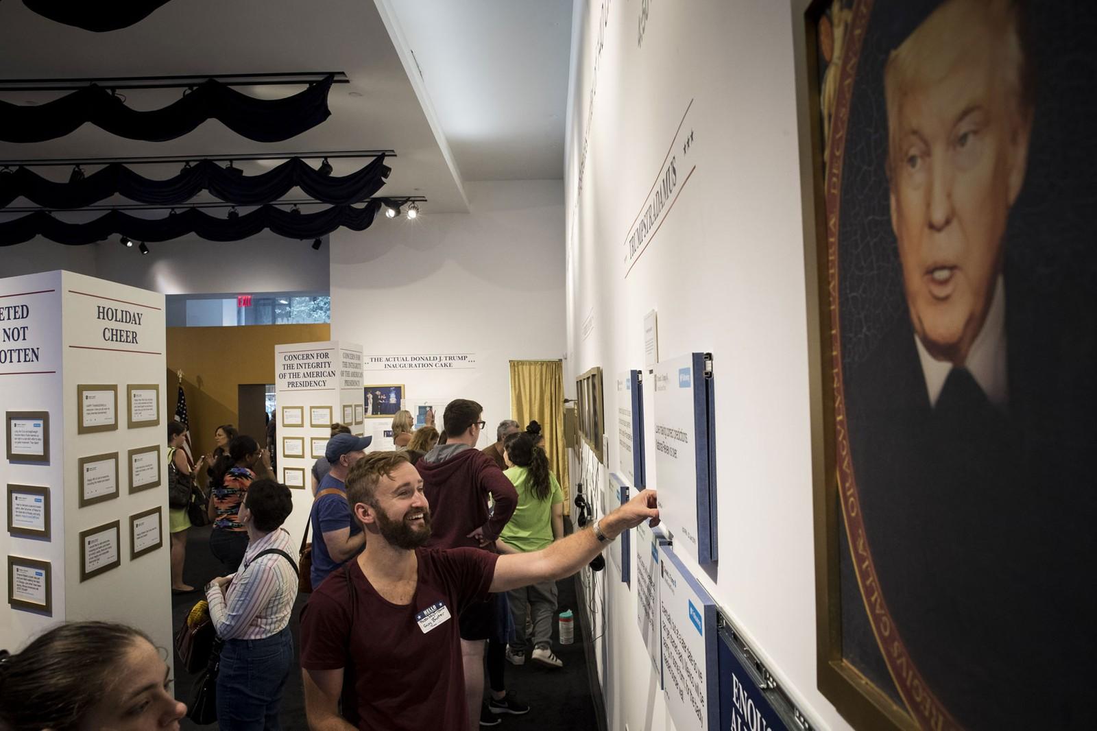Público visita exposição 'Donald J. Trump Presidential Twitter Library' em Nova York, nesta sexta-feira (Foto: Drew Angerer/Getty Images North America/AFP)