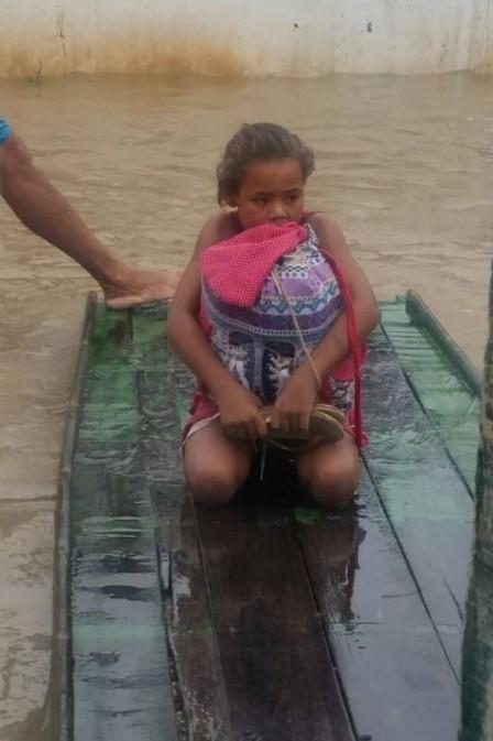 Rivânia, resgatada da enchente em uma jangada, e a mochila com os livros (Foto: Valter Rodrigues/Blog do Tenório Cavalcanti)