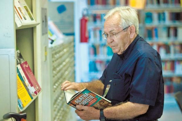 O aposentado Sebastião Rocha é frequentador assíduo da biblioteca desde 2009: curiosidade e disposição para ler Foto: Reprodução/O Tempo)