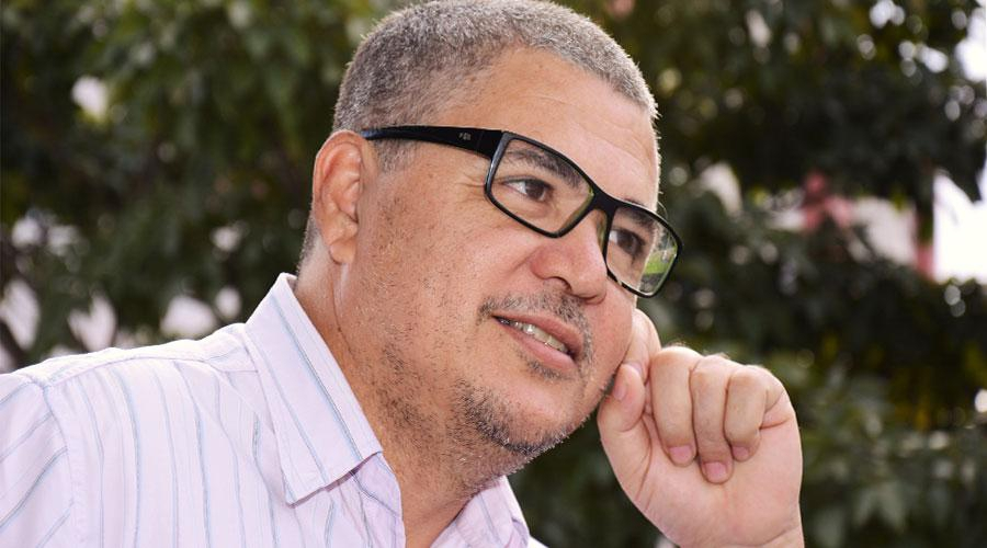 Servidor escritor divulga campanha de financiamento de livro (Foto: Felix Falcão)