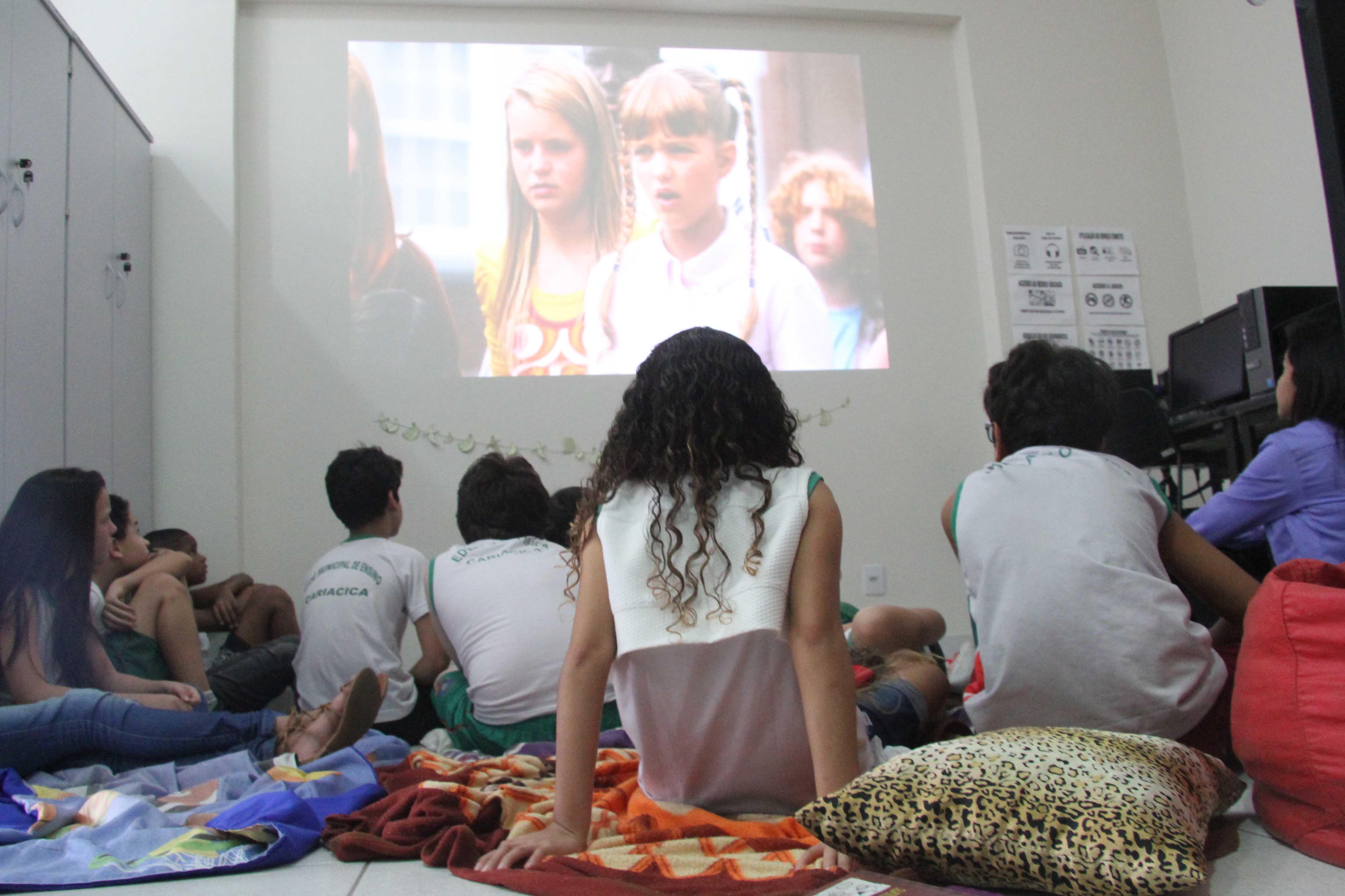 Galera do Stélida Dias aprova cinema na Biblioteca (Foto: Reprodução)
