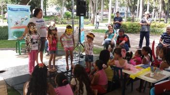 O público participa das atividades e ajuda a compor personagens. (Foto: Semc)