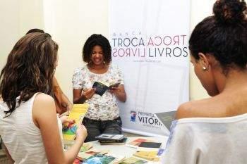 Banca de troca de livros na Biblioteca Municipal Adelpho Poli Monjardim (Foto: Folha Vitória)