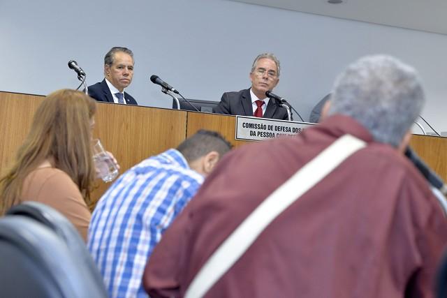 Deputados ouviram participantes da reunião, que reclamaram da falta de estrutura dos ônibus e das condições de acessibilidade de espaços públicos (Foto: Sarah Torres)
