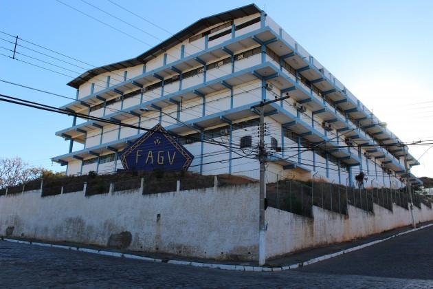 Prédio da Faculdade de Administração de Governador Valadares, no bairro Vila Bretas, onde passam a funcionar a nova sede administrativa e uma das bibliotecas (Foto: Gabriella Ramos/UFJF-GV)