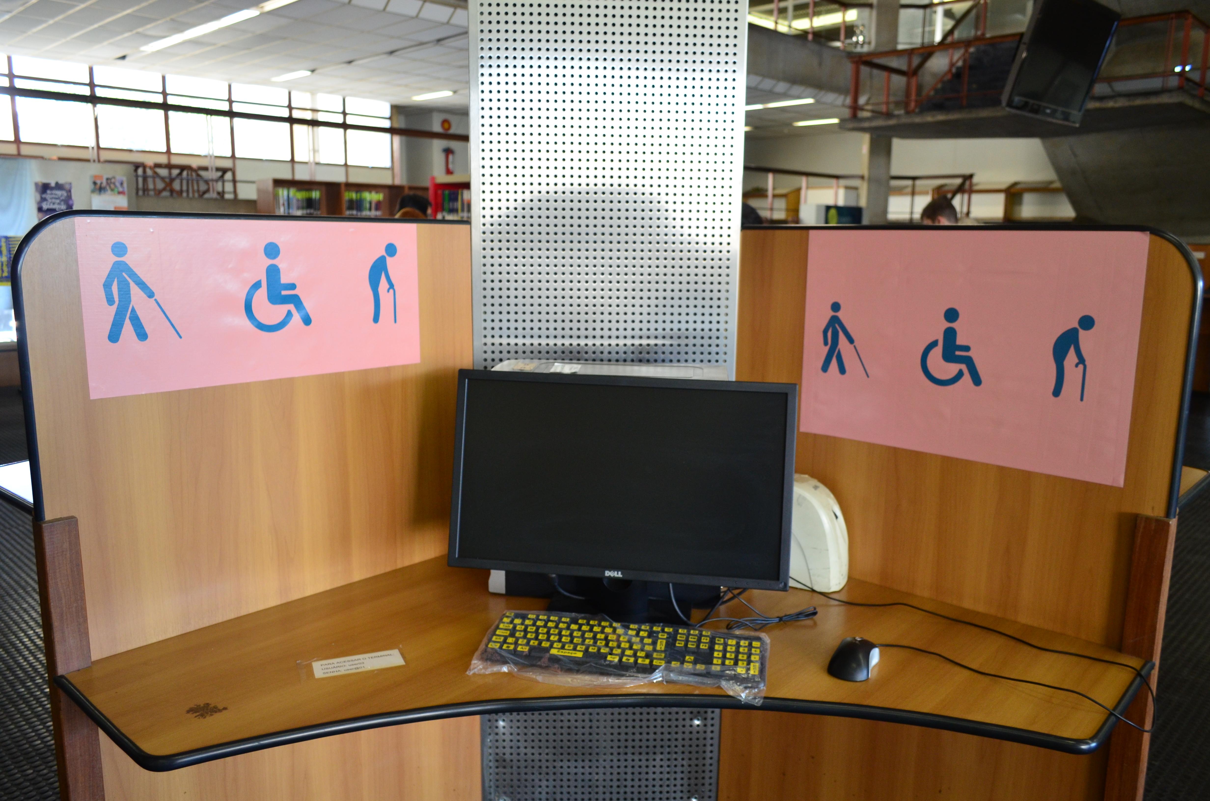 Novo terminal de consulta da Biblioteca Central é para uso exclusivo de pessoas com deficiência visual ou com mobilidade reduzida (Foto: Carla Pedrosa/BU-UFMG)