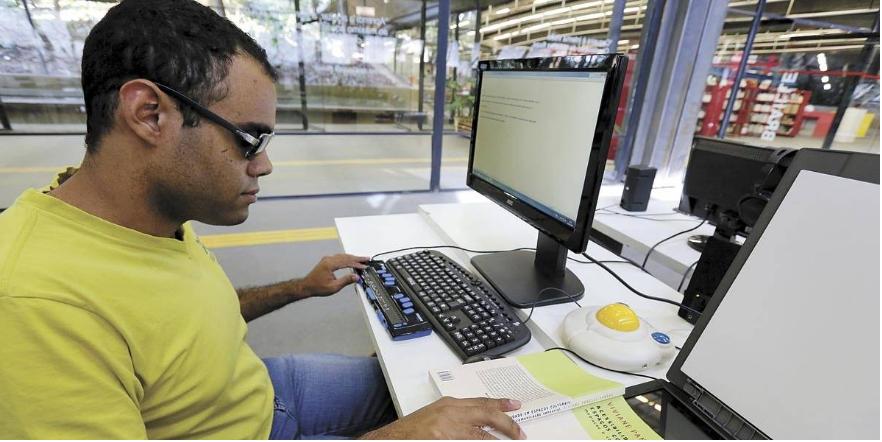 Fagner Demesio usa equipamentos da biblioteca Louis Braille (Foto: André Porto/Metro)