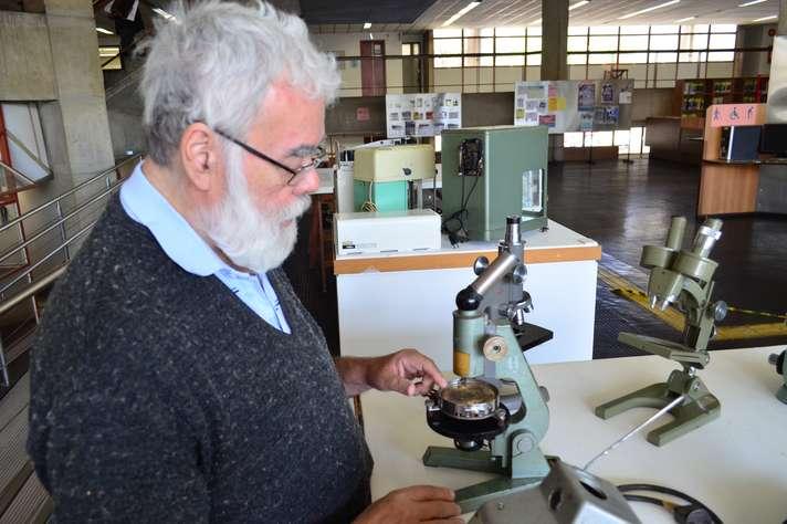 Marcos Nicácio, professor aposentado, com equipamentos que usou em atividades no Coltec (Foto: Carla Pedrosa)