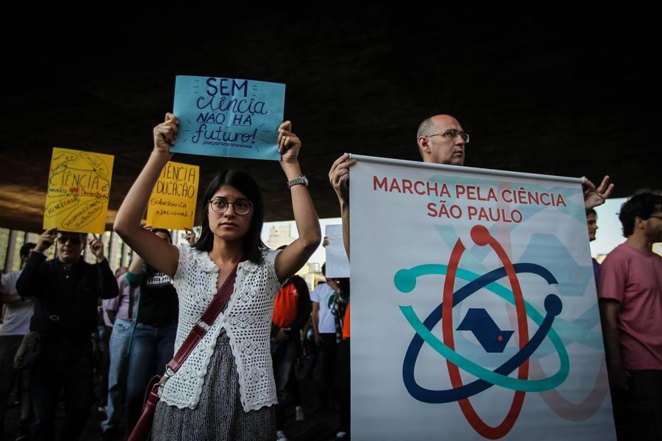 Marcha. Pesquisadores protestam contra corte de verbas (Foto: Felipe Rau/Estadão)