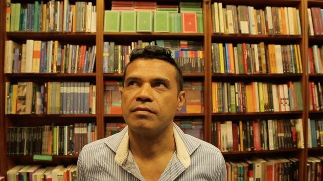 Laéssio Rodrigues de Oliveira é considerado pelas autoridades brasileiras o maior ladrão de livros raros do país (Foto: Reprodução/BBC Brasil)