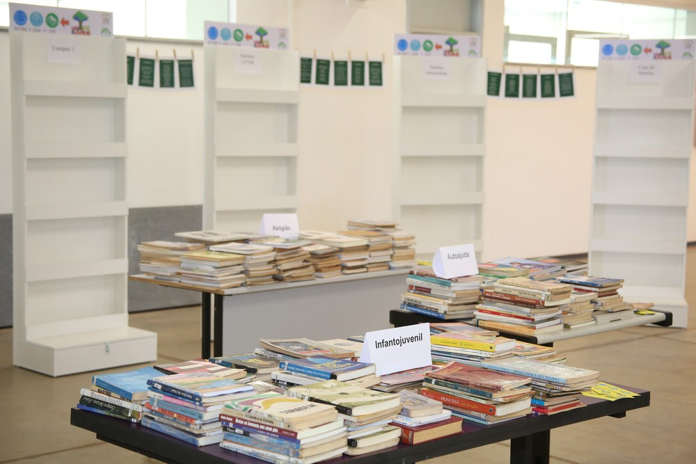 Os livros disponibilizados são de vários temas (Foto: Elioenai Amuy/UFTM )